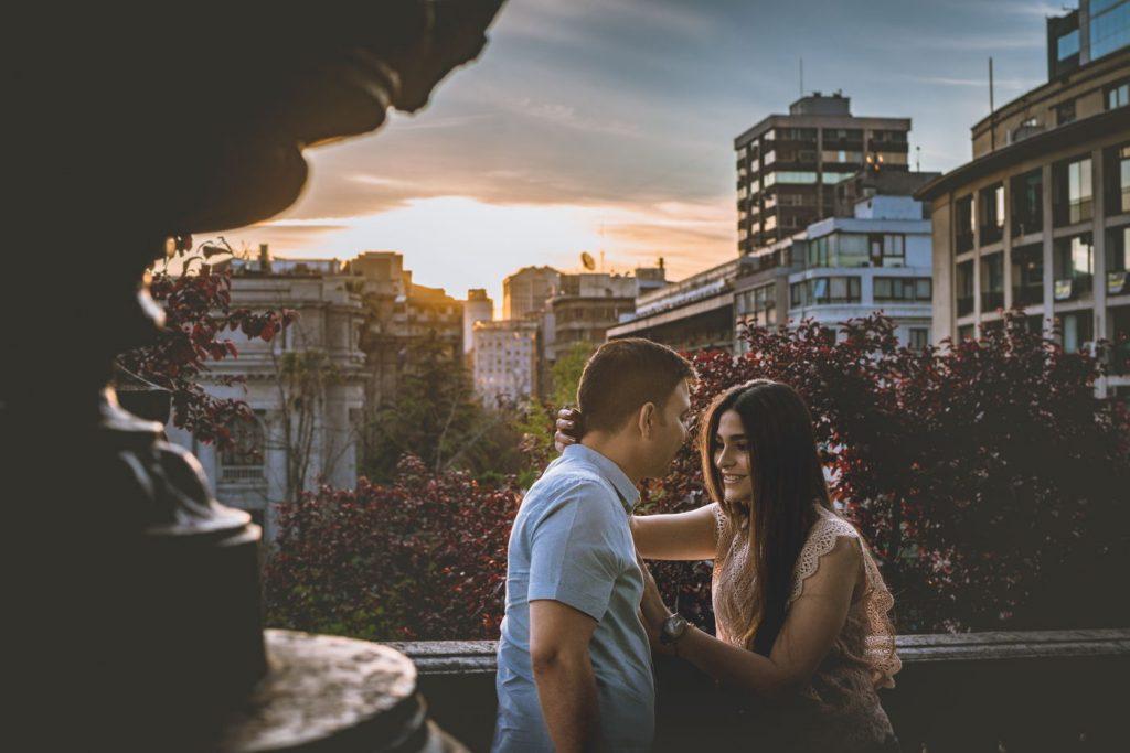 Vista de ciudad cerro santa luciaatardecer en barrio parís londres sesion pre boda Santiago de Chile vista cerro santa lucia pre boda