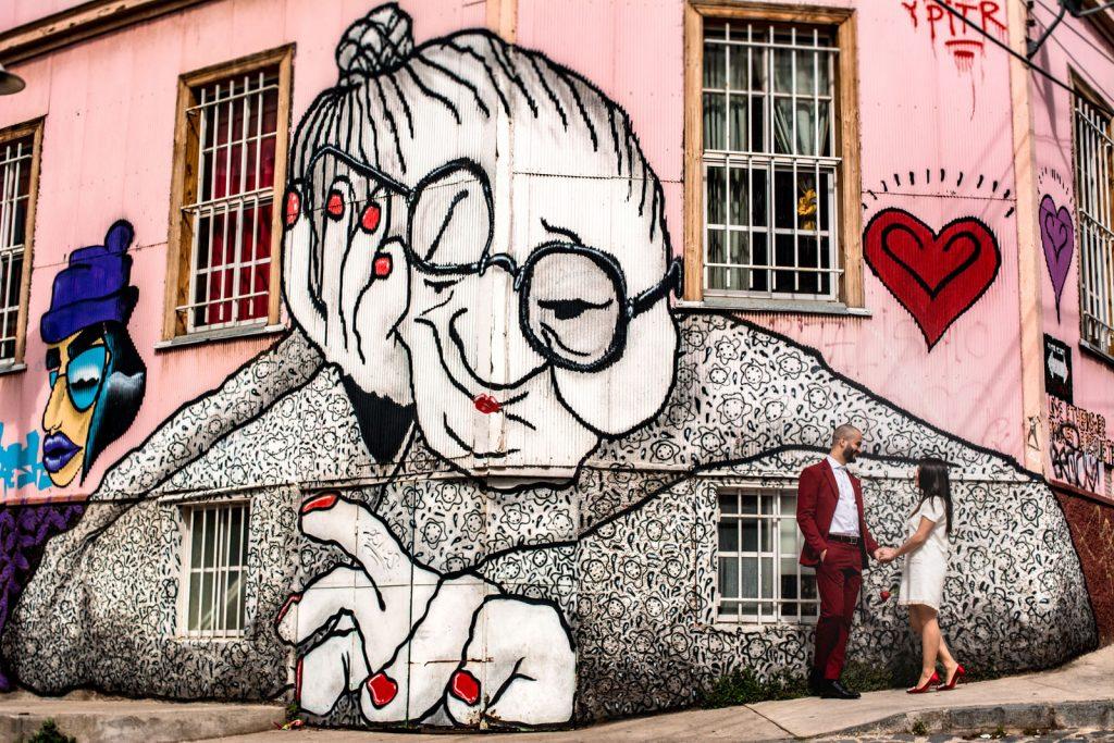 Mural abuelita de Ella & Pitr en Cerro Alegre matrimonio