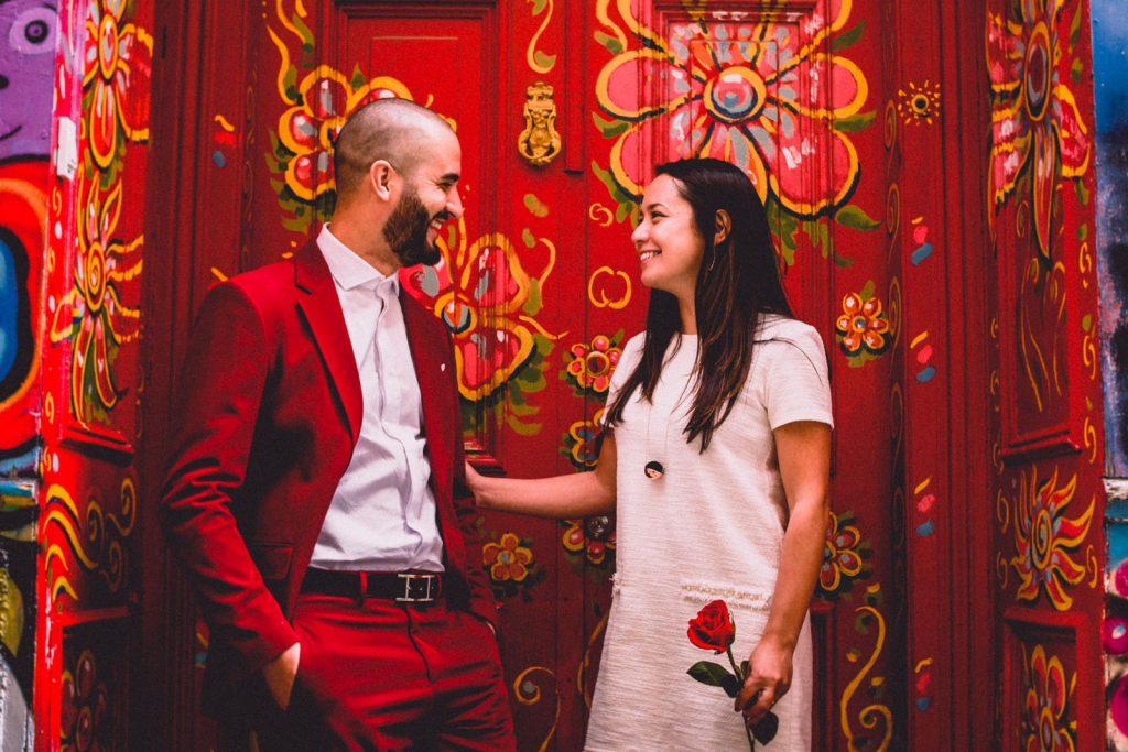 puerta roja en Valparaiso (red door cerro alegre)iconica - foto de bodas cerro alegre